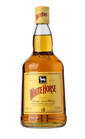 caballo bebe: Chisinau, 25 de MOLDOVA- de diciembre de de 2015, White Horse whisky escocés es un whisky escocés de mezcla de Edimburgo, producido por primera vez por James Logan Mackie en 1861 Editorial