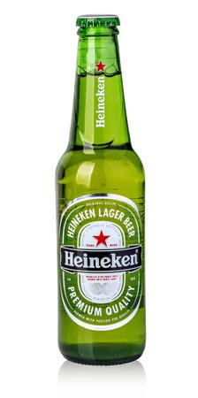 CHISINAU, MOLDAVIE - 14 novembre 2015: Bouteille de bière Heineken Lager sur fond blanc. Avec un tracé de détourage