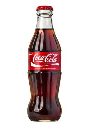 Chisinau, Moldova - 14 de noviembre de, 2015: clásica botella de Coca-Cola aislado en blanco. Con trazado de recorte