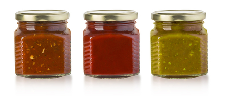Die verschiedenen Grillsaucen in Glasflaschen mit Clipping-Pfad Standard-Bild - 54643666