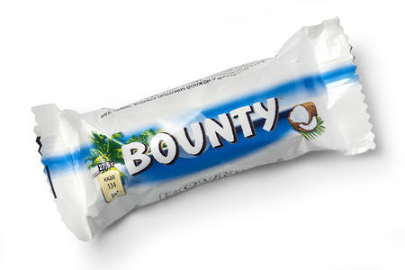 bounty: Chishinau, MOLDOVA- 12 DE NOVIEMBRE DE, 2015: barra de chocolate Bounty. tiro del estudio, aislado sobre fondo blanco. Editorial