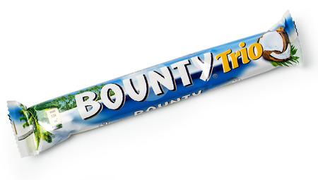 bounty: Chisinau, Moldova-diciembre 25, 2015: barra de chocolate Bounty. tiro del estudio, aislado en fondo blanco