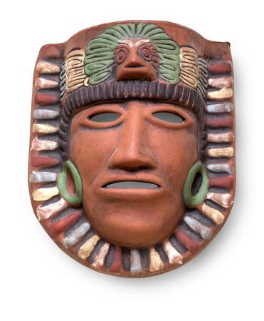 cultura maya: Indio m�scara pintado de cer�mica azteca maya con la pluma aislada en blanco con el camino de recortes