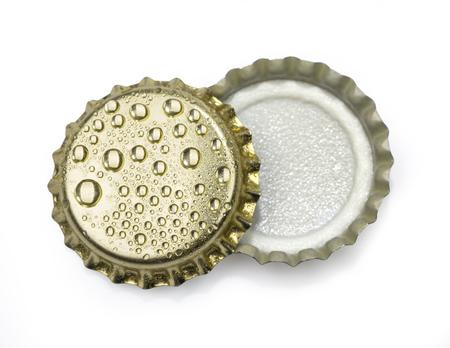 vasos de cerveza: tapas de botellas de cerveza cerca de macro aislado en fondo blanco con trazado de recorte