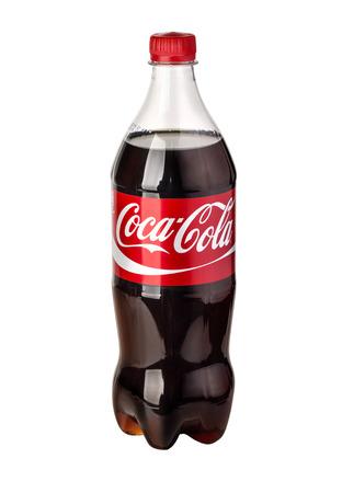 키시 너우, 몰도바 - 2016 년 3 월 26 일 : 코카콜라 플라스틱 병 격리 된 흰색 배경 사진. 코카콜라는 전세계에서 가장 인기있는 탄산 청량 음료입니다.