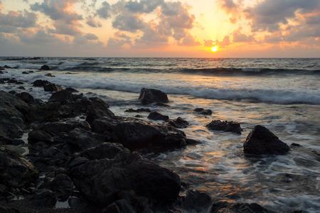 olas de mar: Salida del sol en una playa en Pomos, Chipre
