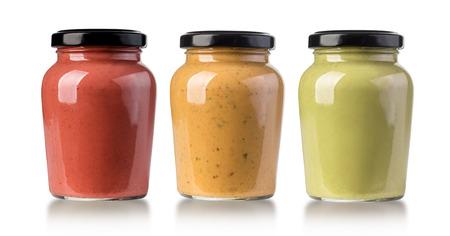 sauces barbecue dans des bouteilles en verre sur fond blanc