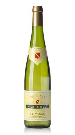 Chisinau, Moldau am 27. Juli 2016: Flasche Weißwein Elsass ist ein Weinanbaugebiet in Nordost-Frankreich