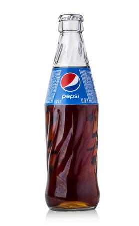 cola canette: Chisina, Moldova - 5 décembre 2015: Photo de la bouteille en verre Pepsi. Pepsi est une boisson gazeuse produite et fabriquée par PepsiCo Éditoriale