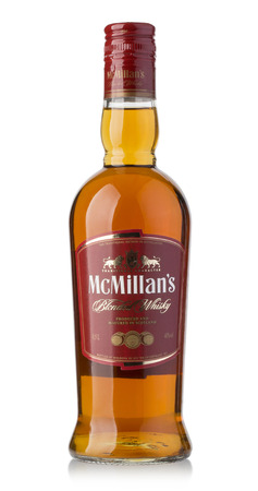 botella de whisky: Chisinau, Moldova - 25. de diciembre de 2015: botella de whisky McMillans en el fondo blanco