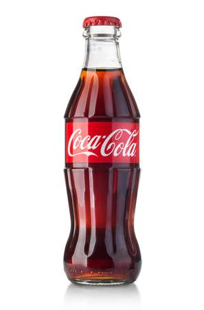 キシナウ、モルドバ - 8 月 28 日 2016: クラシック ボトルのコカコーラを白で隔離