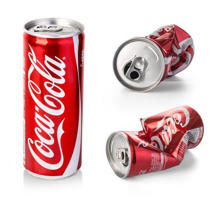 cola canette: Chisinau, Moldova - Août 26, 2016: Froissé canettes de Coca-Cola. boissons Coca Cola sont produits et fabriqués par The Coca-Cola Company, une société américaine de boisson multinationale.