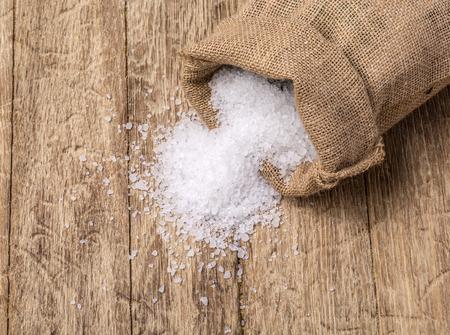 jute sack: sale marino in sacco di juta su tavola di legno