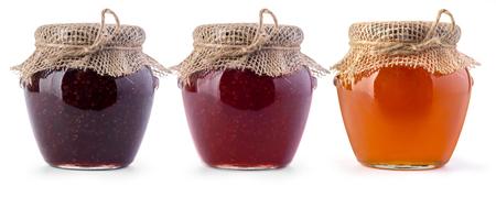 mermelada: Tres tarro de mermelada y miel sobre fondo blanco Foto de archivo