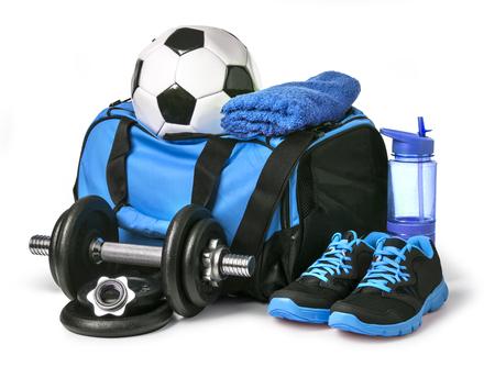 Sporttas met sportuitrusting op wit met het knippen van weg wordt geïsoleerd die