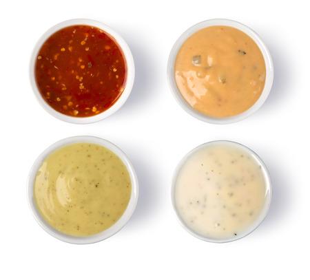 Gros plan photo aérienne de sauces épicées assortis sur des soucoupes, isolé sur blanc.