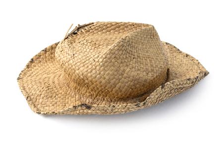 chapeau de paille vieux isolé