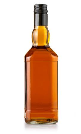 puste butelki whisky na białym tle