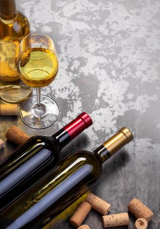 Botellas de vino y vidrio en la mesa con espacio de copia, fondo
