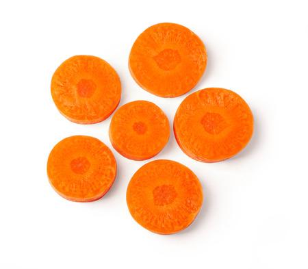 Picado orgánico fresco, rodajas de zanahoria naranja aislado sobre fondo blanco, vista superior Foto de archivo