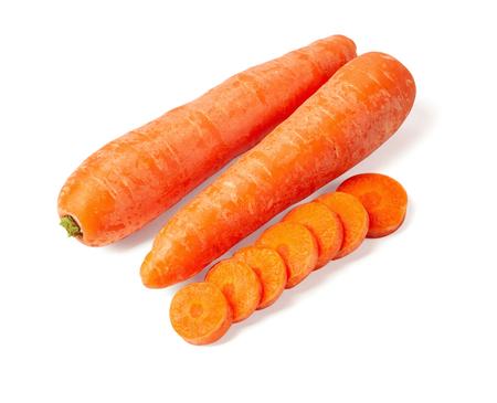 Picado orgánico fresco, rodajas de zanahoria naranja aislado sobre fondo blanco.