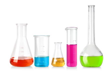 Flaschen mit Flüssigkeit isoliert auf weißem Hintergrund isoliert auf weiß