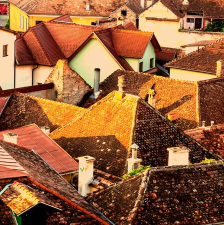 Morning over the roofs of the old town of Sighisoara, Transylvania 版權商用圖片 - 134780777