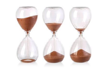 Reloj de arena aislado sobre fondo blanco.