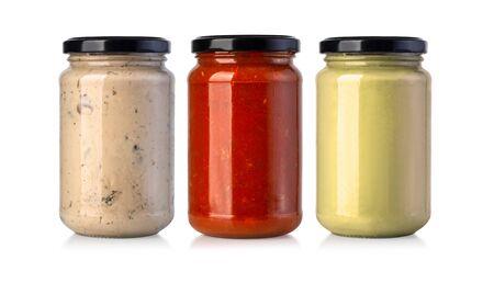Vasetti di salsa isolati su sfondo bianco