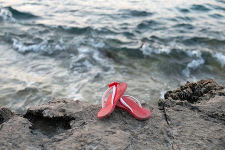 sandalias: sandalias de color rosa en la roca