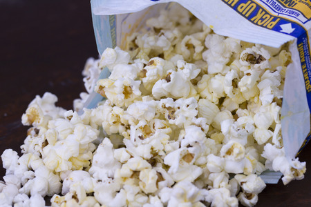 Microwave popcorn in a bag Imagens - 72841713