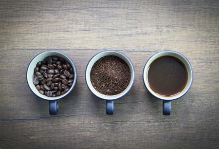 3 つのカップのコーヒーの準備の相違段階や茶色の木製の表面に分離されたコーヒーを飲むの