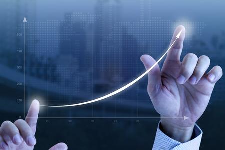 Schließen Sie oben von den Händen eines Geschäftsmannes, die schnell eine exponentielle Linie Kurvendarstellung des Geschäftswachstums und -erfolgs zeichnen.
