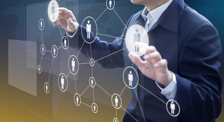 Administrateur d'entreprise en action de planification de la main-d'œuvre ou des ressources humaines ou de l'organisation de l'entreprise sur un tableau de bord virtuel.
