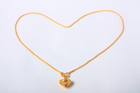 Gouden hart hanger met gouden hart ketting Stockfoto