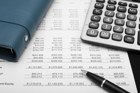 電卓: ペン、ノートブック & 紙の仕事上の電卓でビジネス金融チャート分析