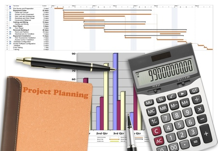 Projectplanning analyse met pen, rekenmachine en recyclen notebook op wit papier planing