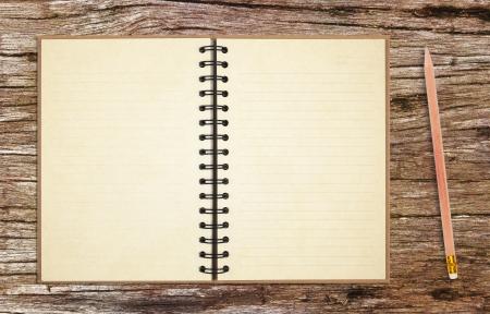 oude notebook met potlood op oude houten tafel achtergrond
