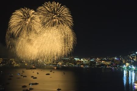 Goud vuurwerk op de zee voor vieren