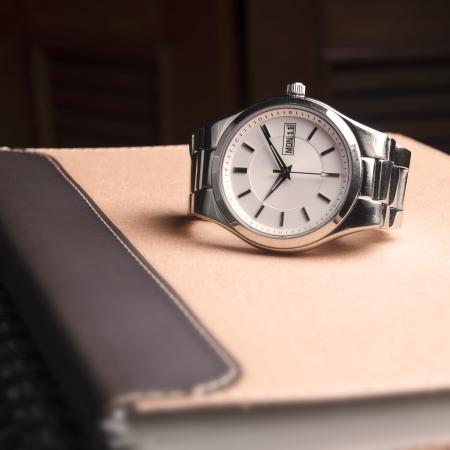 abstracte zilveren horloge op bruine boek