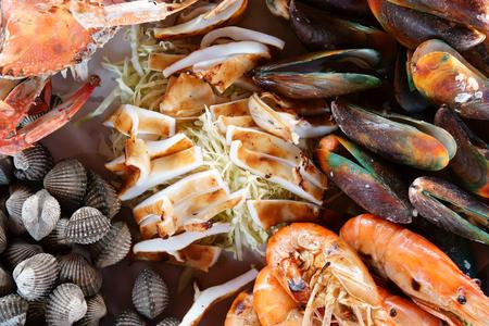 crevettes de fruits de mer et crabe de cheval avec coque ou pétoncle et moule et avec calmar ou poulpe pour un délicieux déjeuner ou dîner et avoir de l'iode avec du cholestérol au restaurant sur la vue de dessus