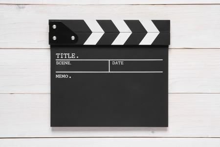 アクションシーンや撮影や映画や映画制作のためのトップビューヴィンテージホワイトウッドテーブル上の空白のクラッパーボード 写真素材 - 106927978