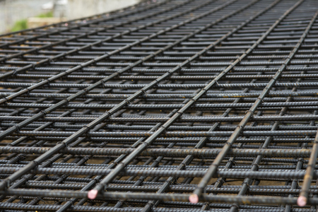 강화 메쉬, 건설을 위해 쌓인 강철 바