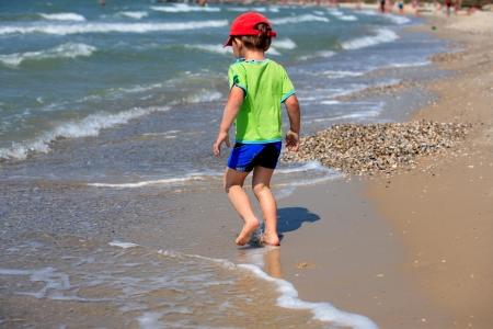 water s edge: Il bambino sulla costa del mare