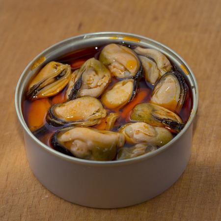 tin: Open mussels tin