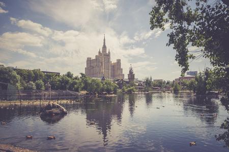 Moscou, Russie - 26 juin 2016: Gratte-ciel sur la place Kudrinskaya. Vue du zoo de Moscou Banque d'images - 77866447