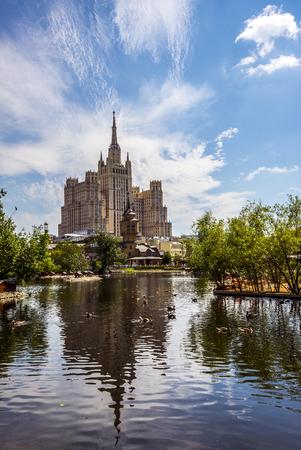 Moscou, Russie - 26 juin 2016: Gratte-ciel sur la place Kudrinskaya. Vue du zoo de Moscou Banque d'images - 77866435