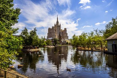 Moscou, Russie - 26 juin 2016: Gratte-ciel sur la place Kudrinskaya. Vue du zoo de Moscou Banque d'images - 77866434