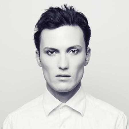 male fashion model: Retrato de moda de un joven guapo con maquillaje