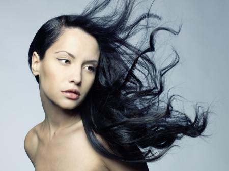 donne eleganti: Foto di giovane donna bella con i capelli magnifico